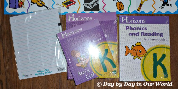 What is in the box for Horizons Kindergarten Phonics and Reading