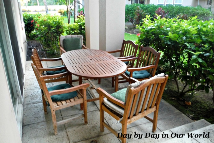 Outdoor Seating for 6 on the lanai is perfect for breakfast or dinnertime.